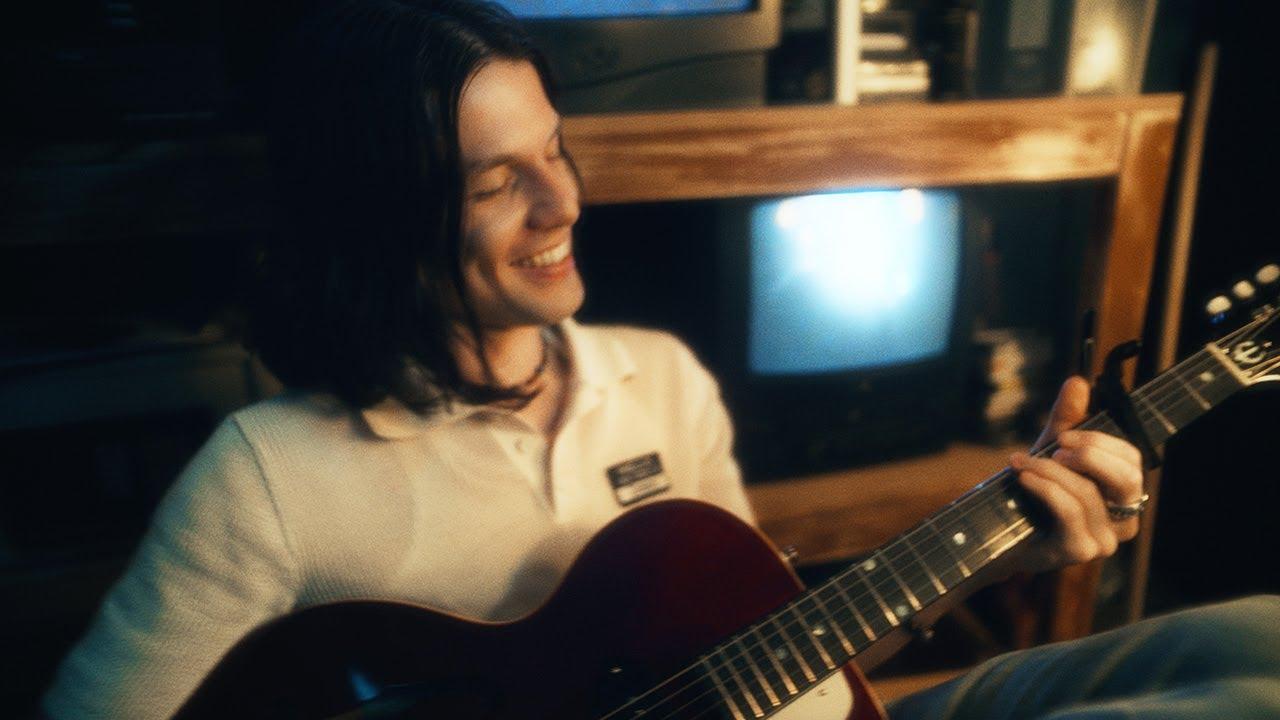 AlessoとMarshmelloがJames Bayを迎えた「Chasing Stars」のミュージック・ビデオを公開