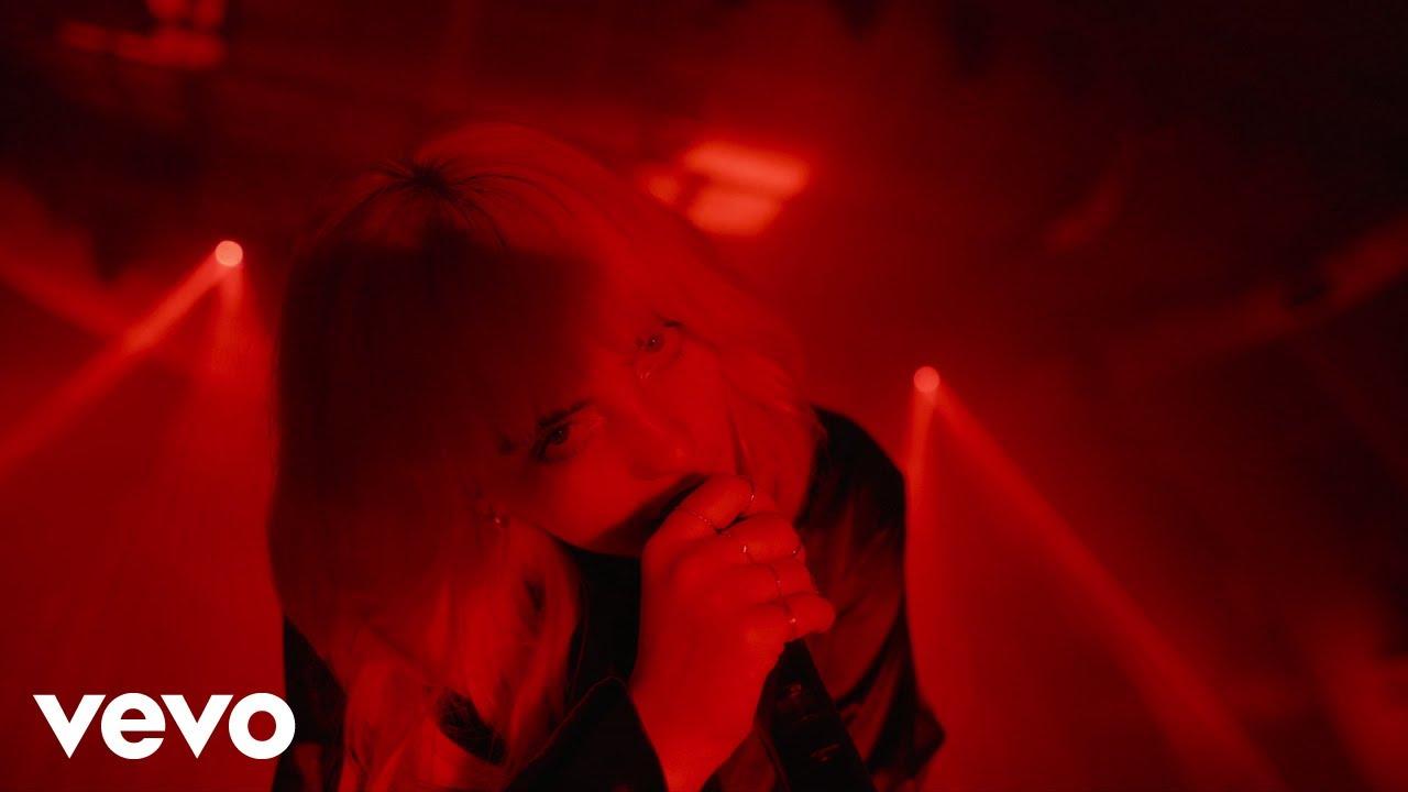 Billie EilishがDisney+で配信される「ハピアー・ザン・エヴァー:L.A.へのラブレター」から「Oxytocin」のパフォーマンス・ビデオを公開