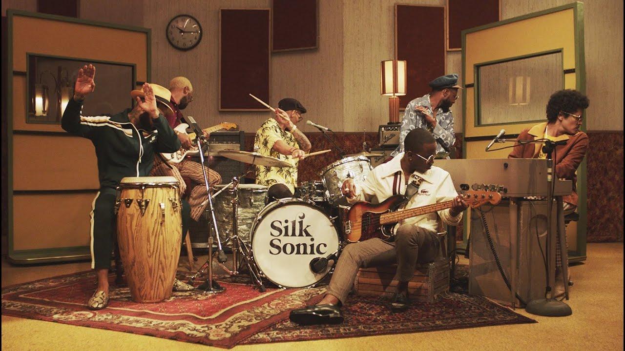 Bruno MarsとAnderson .Paakによるバンド、Silk Sonicがデビュー曲「Leave the Door Open」のミュージック・ビデオを公開