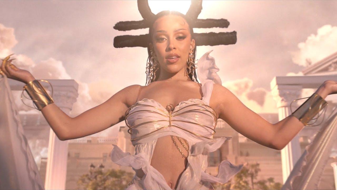 Doja Catが最新アルバムからThe Weekndとのコラボ曲「You Right」のミュージック・ビデオを公開