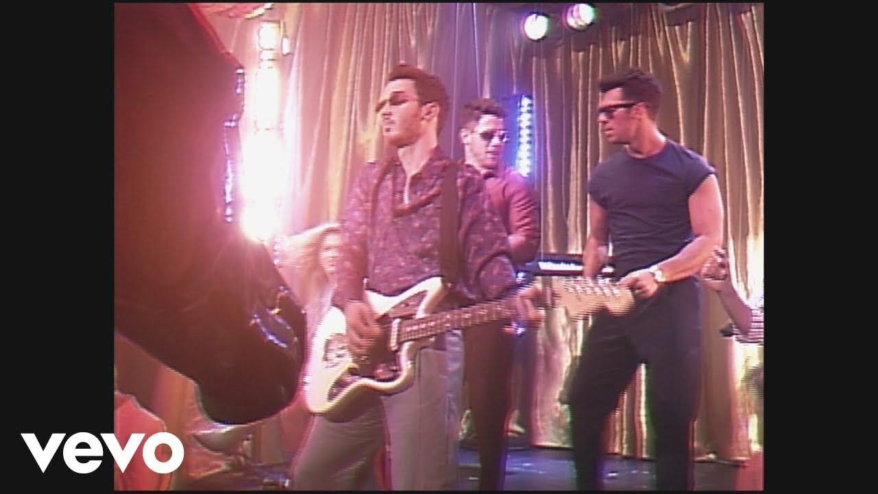 Jonas Brothersが最新アルバムから「Only Human」のミュージック・ビデオを公開