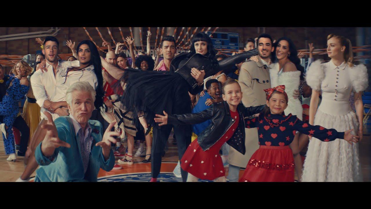 Jonas Brothersが新曲「What A Man Gotta Do」のミュージック・ビデオを公開