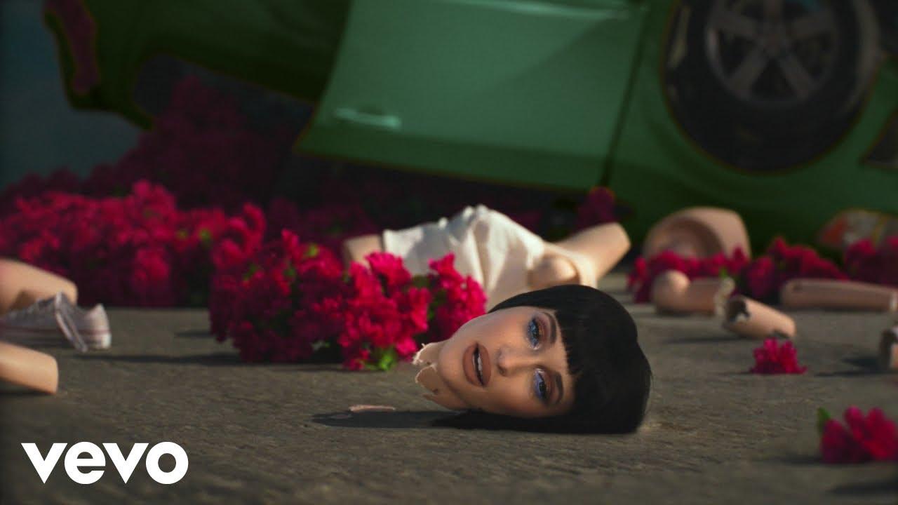 Kacey Musgravesが自身の離婚物語を赤裸々に綴った最新アルバム『Star-Crossed』から「camera roll」のミュージック・ビデオを公開