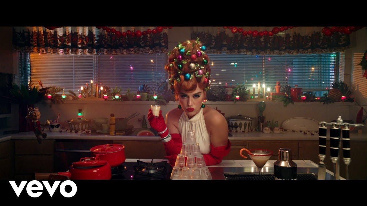 Katy Perryが「Cozy Little Christmas」のミュージック・ビデオを公開