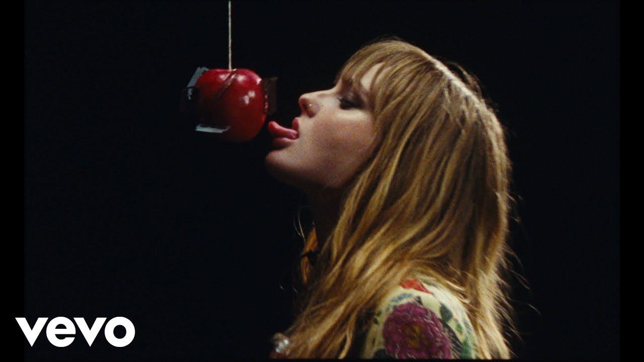 Måneskinが大ヒット中の最新曲「I Wanna Be Your Slave」のミュージック・ビデオを公開