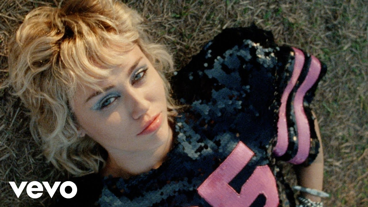 Miley Cyrusが最新アルバムから「Angels Like You」のミュージック・ビデオを公開
