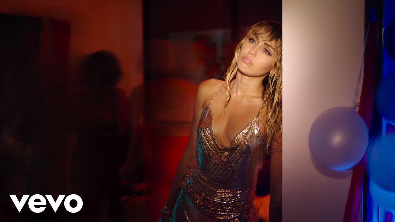 Miley Cyrusが最新曲「Slide Away」のミュージック・ビデオを公開