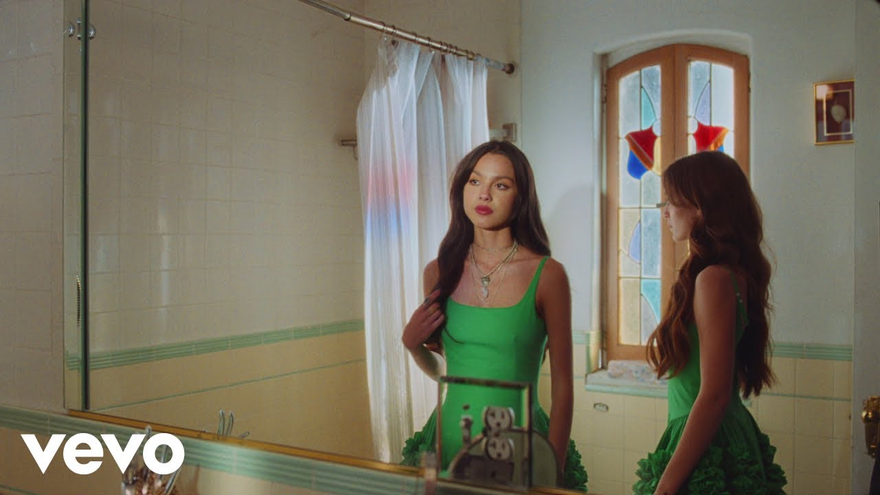 Olivia Rodrigoが新曲「deja vu」のミュージック・ビデオを公開