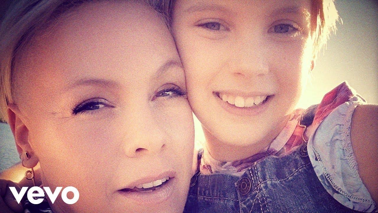 P!nkが娘のWillow Sage Hartとコラボした新曲「Cover Me In Sunshine」のミュージック・ビデオを公開
