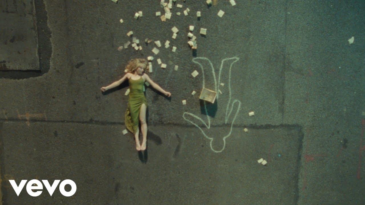 Sabrina Carpenterが新曲「Skinny Dipping」のミュージック・ビデオを公開