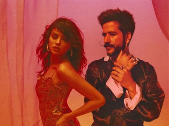 Selena Gomezがラテン・グラミー賞受賞歌手Camiloとの最新曲「999」のミュージック・ビデオを公開