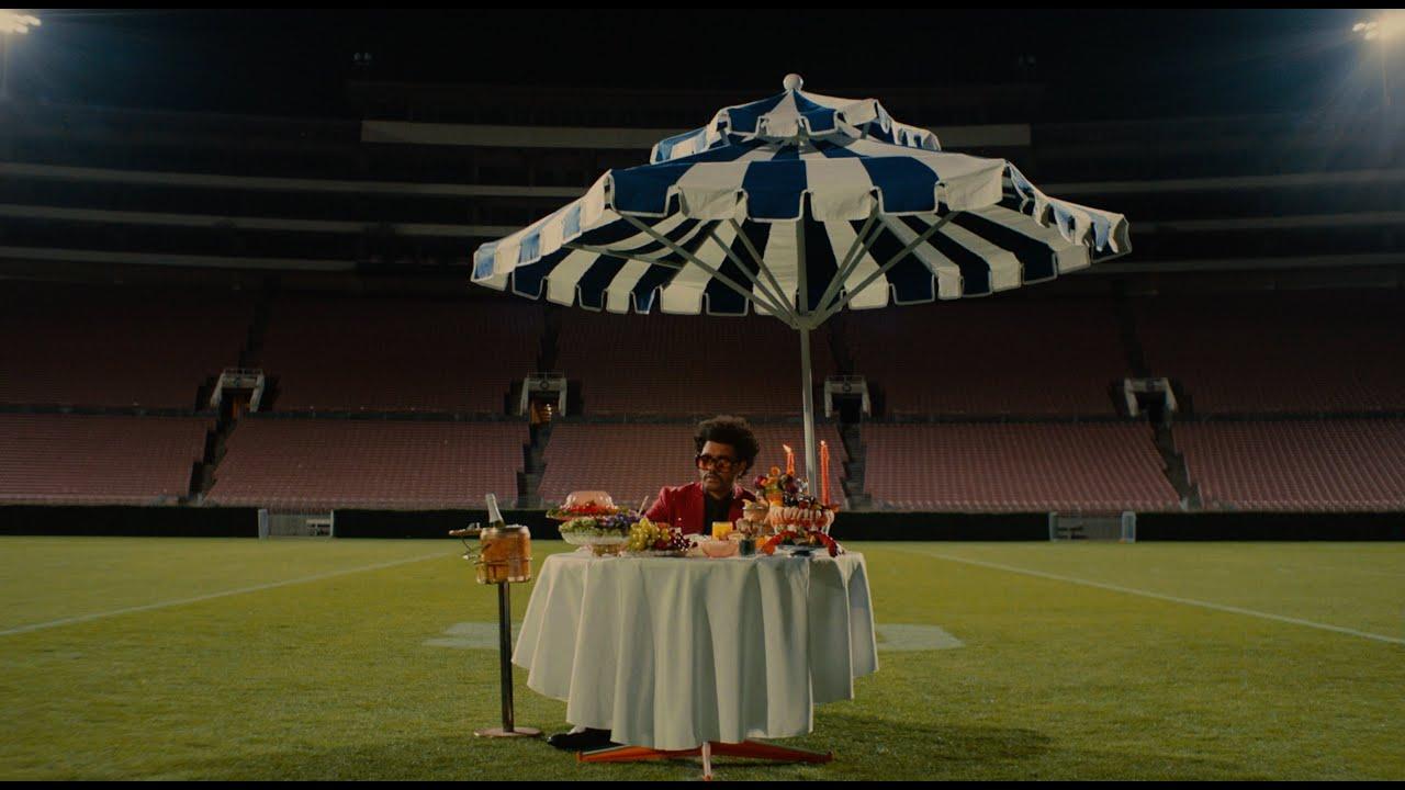 The Weekndがハーフタイムショーに向け「最後の晩餐」スタイルを準えたプロモーション・ビデオを公開