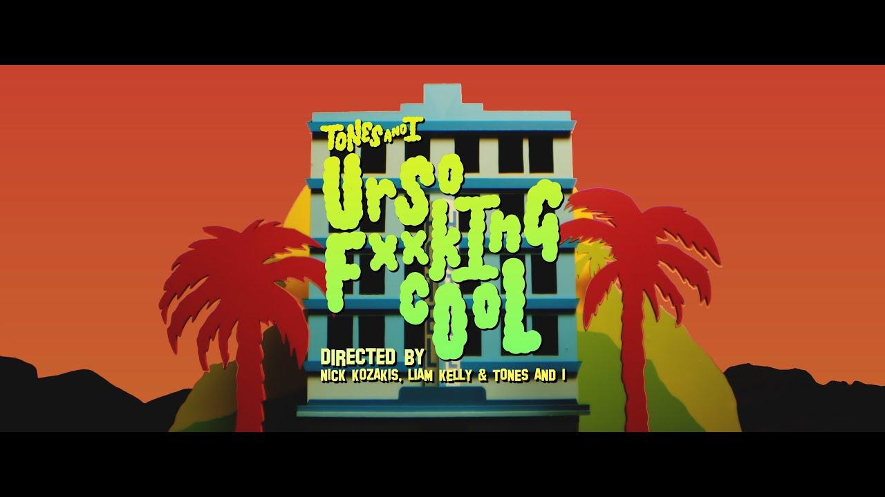Tones and Iが新曲「UR SO F**KING COOL」のミュージック・ビデオを公開